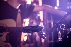 Le musicien relie le microphone pour enregistrer un guita acoustique photographie stock libre de droits