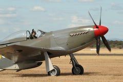 Le mustang P-51 roule au sol de retour Image stock
