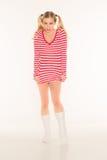 Le mutandine rosse e bianche bionde sexy della camicia mettono Fotografia Stock