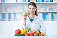 Le näringsfysiologen i hennes kontor Fotografering för Bildbyråer