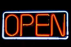Le néon ouvert signent dedans l'hublot de café Photographie stock libre de droits