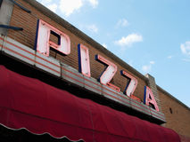 Le néon se connectent le restaurant de pizza Photographie stock