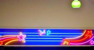 Le néon tient le premier rôle le fond de lumières Images stock