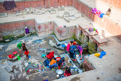Le Népal - 22 décembre 2016 : : l'eau d'utilisation de personnes du vieux pon public Photographie stock libre de droits