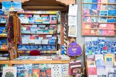 Le Népal - 23 décembre 2016 : : librairie à l'aéroport de Katmandou Photos stock