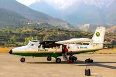 Le Népal, Himalaya, aéroport de Jomsom - avril 2015 : Les touristes et les personnes locales ont volé sur un petit avion à l'aéro Photo stock