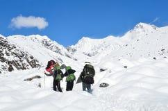 Le Népal, Himalayes, octobre, 20, 2013 Touristes trimardant en Himalayes, 4500 mètres au-dessus de niveau de la mer Photographie stock