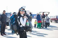Le Népal - 3 janvier 2017 : : le randonneur de femme portent son sac à dos à Images stock
