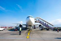 Le Népal - 4 janvier 2017 : : plan de Thai Airways à l'air de Katmandou Photo stock