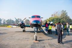 Le Népal - 3 janvier 2017 : : un petit avion à l'aéroport de Pokhara dedans Photographie stock libre de droits