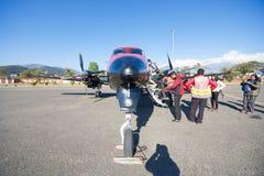Le Népal - 3 janvier 2017 : : un petit avion à l'aéroport de Pokhara dedans Photo stock