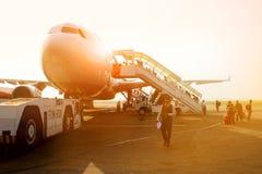 Le Népal, Katmandou, aéroport de Tribhuvan - avril 2015 : Les passagers montent l'échelle un conseil une avion de ligne énorme à  Photo libre de droits