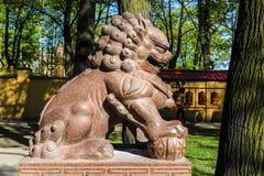 le?n terrible en el templo de Buda, templo de los budistas y de su patio central el concepto de religi?n pac?fica fotografía de archivo libre de regalías