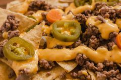Le Nacho ébrèche le maïs garni avec le boeuf haché, fromage fondu, les poivrons de jalapenos, nourriture épicée mexicaine au Mexi photographie stock libre de droits