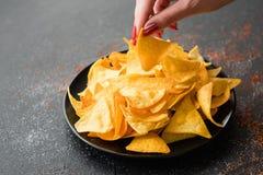Le Nacho ébrèche le plat de tranche naturel de femme de nourriture de recette photos libres de droits
