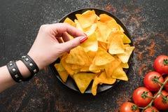 Le Nacho ébrèche le plat de tranche naturel de femme de nourriture de recette photographie stock