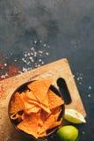 Le nacho de tortilla ébrèche des tranches de chips de fond de nourriture images stock
