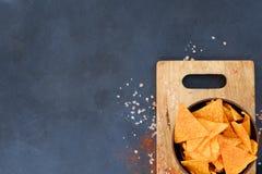 Le nacho de tortilla ébrèche le panneau croquant de cuvette de tranches de nourriture image libre de droits