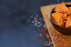 Le nacho de tortilla ébrèche le panneau croquant de cuvette de tranches de nourriture photographie stock libre de droits