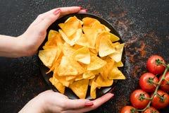 Le nacho frit fait maison de tortilla ébrèche la nourriture épicée images stock