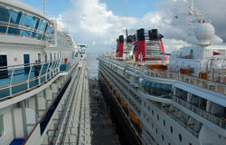 Le navi da crociera parteggiano per parteggiare Fotografie Stock