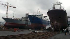Le navi da pesca sono nel cantiere navale immagini stock libere da diritti