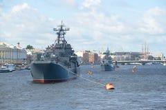 Le navi della flotta rossa baltica dell'insegna nelle acque del fiume di Neva sulla celebrazione di giorno della marina St Peters Fotografia Stock