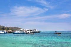 Le navi giranti e le barche hanno attraccato in mare delle Andamane all'isola di Phi Phi Don, Tailandia Fotografia Stock Libera da Diritti