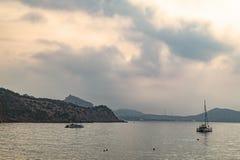 Le navi nel mare calmo di sera Immagini Stock