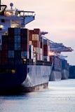 Le navi porta-container si sono messe in bacino in porta fotografia stock