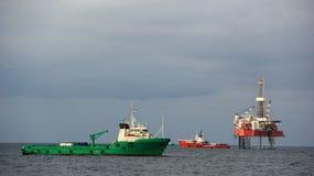 Le navire d'approvisionnement est sur l'ancrage image libre de droits