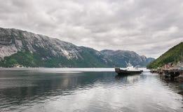 Le navire dans Lysefjord, Norvège Photographie stock