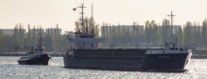 Le navire de charge général de Thurkus laisse Swinoujscie en Pologne Images libres de droits