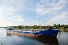 Le navire de charge va sur la rivière de Svir de rivière, Russie images stock