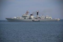 Le navire de guerre chinois part du port Image stock