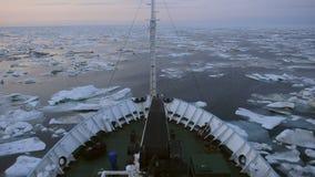 Le navire de recherches dans Kara Sea glacial banque de vidéos
