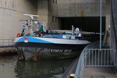 Le navire intérieur Konrad Brand de l'eau de fret passe la serrure Eckersmuehlen sur le canal de Rhin-Principal-Danube en Bavière photo stock
