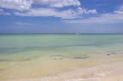 Le navire personnel bourdonne le long près de l'horizon d'une mer de turquoise rencontrant le ciel bleu photographie stock