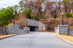Le Ne d'Evelyn St et le tunnel dans Piémont se garent, Atlanta, Etats-Unis Photo stock