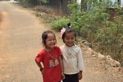 Le nepalesiska barn Arkivbilder