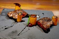 Le nervure-oeil de viande de veau avec des légumes et la sauce au jus sauce Images stock