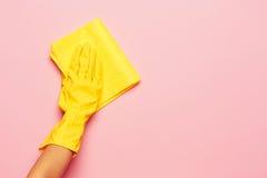 Le nettoyage de main du ` s de femme sur un fond rose Concept de nettoyage ou de ménage photo libre de droits
