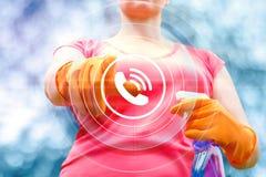 Le nettoyage de service de travailleur clique sur dessus le bouton d'appel Image stock