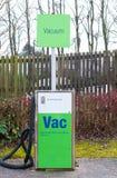 Le nettoyage de vide de voiture a payé d'avance la station à une station service Images libres de droits