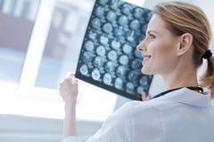 Le neurochirurgien sûr analysant le cerveau roentgen résulte au laboratoire images libres de droits