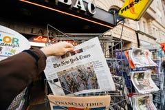 Le New York Times avec des soldats dans les Frances sur la couverture photos stock