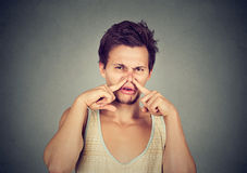 Le nez dégoûté de pincements d'homme dégoûté quelque chose empeste la mauvaise odeur Photo libre de droits