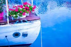 Le nez du bateau sur l'eau avec des fleurs photo stock