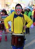 Le nez rouge de clown touche le tambour Images libres de droits