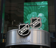 Le NHL font des emplettes décoration de fenêtres à Manhattan Image libre de droits